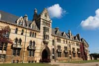 Oxford gayfriendly: gonne e collant per gli studenti transessuali