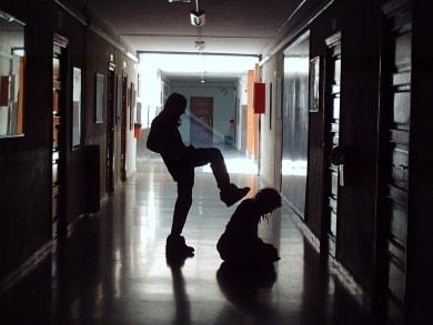 Bullismo e violenza fra ragazzi: le cause spiegate dalla psicologa